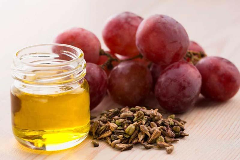 9 پاکسازی پوست با روغن هسته انگور