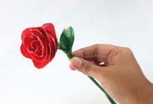 Photo of چگونه با استفاده از نوار چسب رنگی، یک شاخه گل رز بسازیم؟