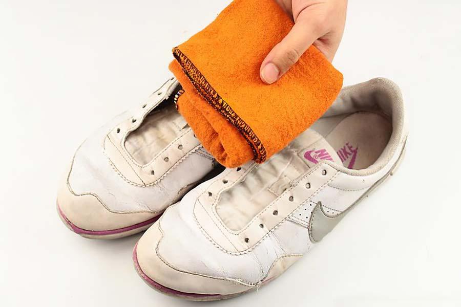 10 تمیز کردن کفش چرمی سفید