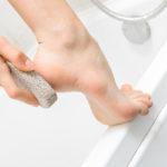 2 تمیز کردن سنگ پا