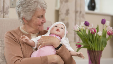 Photo of عروسک درمانی چیست و چه تأثیری در بیماری جنون و آلزایمر دارد؟
