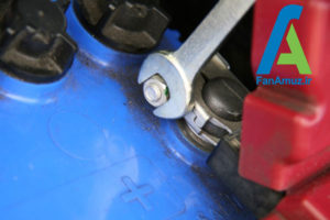 4 پاک کردن رسوبات سر باتری خودرو