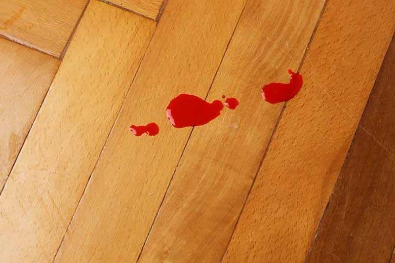 7 پاک کردن لکه خون از روی سطوح چوبی