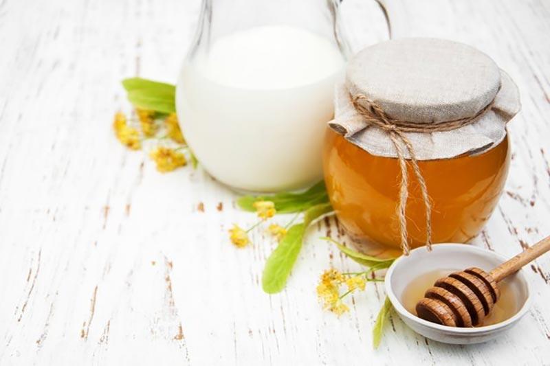 2 خواص پاک کننده و ماسک شیر و عسل