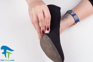 3 طرز کندن آدامس از کفش چرم جیر