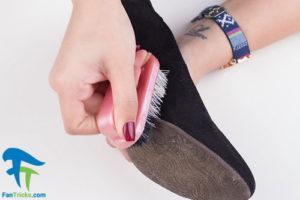4 طرز کندن آدامس از کفش چرم جیر