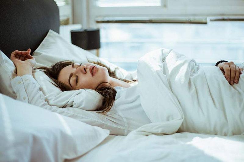 2 اصول صحیح خوابیدن به پشت