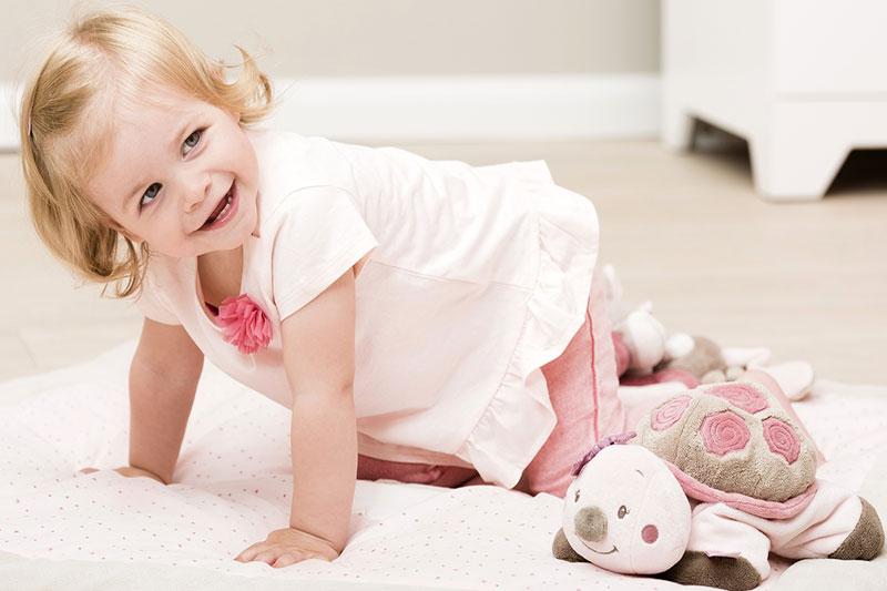 8 مراقبت از کودک هنگام چهار دست و پا رفتن