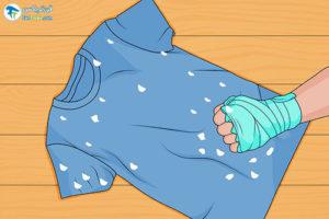4 جدا کردن دستمالکاغذی چسبیده به لباسهای شسته
